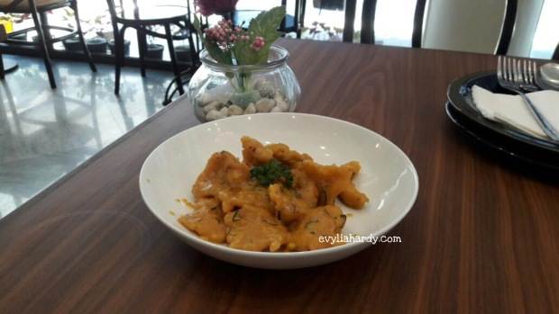 Golden salted egg chicken Rosti restoran cafe